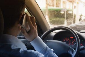 Falar ao celular enquanto dirige, quatro pontos na carteira e multa no valor de míseros R$84,13.